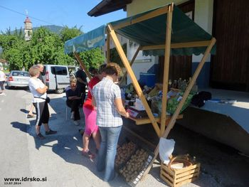 Tržnica lokalnih dobrot v Idrskem