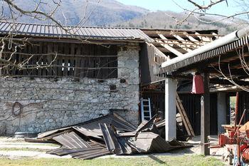 Močni sunki vetra odkrivali strehe na kobariškem
