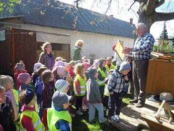 Otroci vrtca Najdihojca na obisku pri čebelarju