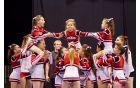 Otroška cheerleading skupina med nastopom