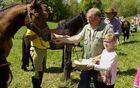 Podelitev blagoslovljenega kruha  vsakemu konju