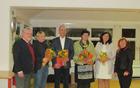 Kumerdejevi nagrajenci z  županom in direktorico knjižnice