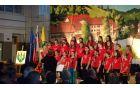 Mladinski pevski zbor šole med nastopom