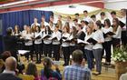 šolski pevski zbor na koncertu 2016