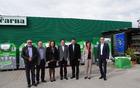 Predstavniki izvajalcev gospodarske javne službe za ravnanje z odpadki in predstavniki občin, ki so s podpisom listin slavnostno sprejeli zelene velikane ter nato s simbolično oddajo e-odpadkov pospremili novo pridobitev.