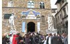 Pred Mestno hišo  na trgu Piazza dela Signoria in v Loggi je veliko kipov, med njimi tudi replika Michelangelovega svetopisemskega Davida.