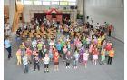 """Drugošolci učijo prvošolce plesati """"Robotke""""."""