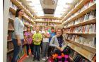 Slavnostni prerez traku z ministrom za kulturo Antonom Peršakom in župani občin pogodbenih partneric knjižnice, ko so skupaj novemu bibliobusu zaželeli dolgo in srečno vožnjo.