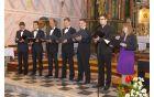 Škorci (mladi pevci iz zbora), zborovodja Matevž Pušnik in gostji s pesmijo »Ti dvigaš me«