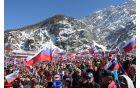 Tisoči zastav v pozdrav tekmovalcem, še zlasti slovenskim orlom