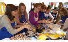 Kobariške štruklje so izdelovali tudi učenci OŠ Kobarid. Foto: Klavdija Kuščer