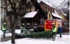Gasilci med naletavanjem snega hitijo s prekrivanjem razkrite hiše.
