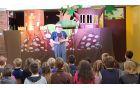 """V mesecu juniju so se otroci in osnovnošolci razveselili lutkovne poučne predstave """"Pikec Ježek in gasilko Jež« v izvedbi lutkovnega gledališča FRU-FRU. Predstavo jim je ob 40. obletnici potresa podarila Uprava Republike Slovenije za zaščito in reševanje. Foto: Nataša Hvala Ivančič"""