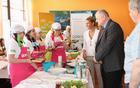 Kobariški župan Robert Kavčič je z navdušenjem spremljal delo mladih kuharskih mojstrov. Foto: Tanja Skočir