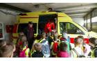Osnovnošolci so si ogledali reševalno postajo Tolmin, kjer so jim reševalci prikazali notranjost reševalnega vozila in reševalno opremo.