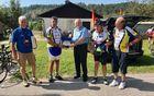 Številne kolesarje, med njimi tudi župana občine Povoletto, je v Breginju pozdravil in nagovoril kobariški župan Robert Kavčič.