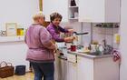 Tajnica in pomočnica v kuhinji. Ima vse pod nadzorom.