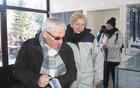 Slavnostni govornik Tone Peršak si ogleduje muzejsko zbirko na Osankarici