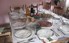 Pripravljena miza za velikonočni zajtrk