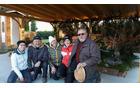 Postavljavci jaslic z župnikom Alojzijem Golobom (foto: Mitja Prek)