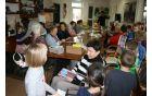 Otroci so z velikim veseljem osrečili naše dobrovoljce s krasnimi izdelki.