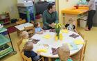 Med malčki je zajtrkoval tudi očka.