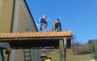 Prekrivanje strehe nadstreška pri vhodu na pokopališče Frankolovo