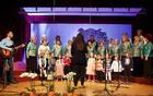 Otroci Vrtca Danijelov levček Vojnik in Mešani komorni pevski zbor Društva upokojencev Vojnik
