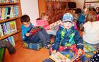 Otroci Vrtca Mavrica Vojnik med knjigami