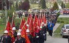 Gasilci na poti v cerkev