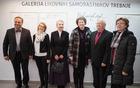 Patricija Pavlič, direktorica CIK Trebnje, v družbi prvih, ki so Galeriji podarili všeček, foto Alenka S. Lamovšek