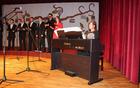 Klementina Selčan in Patricija Jakop s spremljavo fantovske vokalne skupine