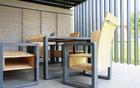 Sodobno oblikovano leseno pohištvo na terasi.