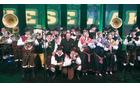 Mengeška godba na velikem odru v Areni Stožice z Alfijem Nipičem med igranjem Mengeške
