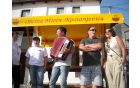 pred vaškim domom pevski pozdrav SKD Lipi iz Bazovice
