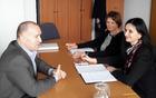 sestanek na Ministrstvu za infrastrukturo, Direktoratu za kopenski promet, na fotografiji Franc Jerič, župan Občine Mengeš, mag. Darja Kocjan, direktorica direktorata, Marjeta Vozelj, podsekretarka