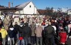 Maske in spremljevalci na ploščadi pred TVD Partizan na pustnem rajanju v Mengšu