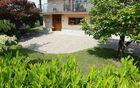 Pozneje: dvorišče v kombinaciji kamna in zelenja.