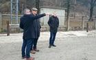 Župan Čebela in državni sekretar Leben pred železniško postajo v Borovnici