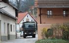 Tovornjak Slovenske vojske na Zalarjevi cesti v Borovnici.