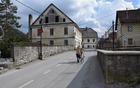 Kolesarka na Paplerjevi ulici v starem vaškem jedru Borovnice.