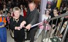 Župan Franc Sušnik in ravnateljica Majda Pikl odpirata novo šolsko knjižnico.