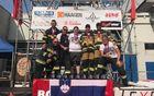 Skupinska slika vseh gasilcev iz Slovenije s pokali in medaljami