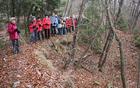 Na gozdnatem grebenu smo se ustavili ob jami s betonskimi ruševinami, ki so ostale od razrušenega bunkerja