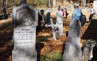 Napisi na kamnitih nagrobnih ploščah so priča, da so tu pred desetletji živeli nemško govoreči Kočevarji