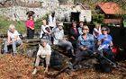 Na Planini pod Mirno goro, kjer so še vedno prisotne ruševine izpraznjenih kmetij,  smo posedeli na toplem soncu