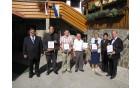 Skupinska fotografija prejemnikov priznanj, župan drži v roki priznanje Marjana ŠVABA  iz Socke