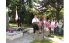Slavnostni govornik pri spomeniku Branko Delčnjak