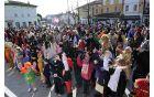 Ob 13. uri so trg najprej zavzele otroške maske.