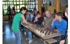 Simultanka s šahovsko velemojstrico Kiti Grosar. Foto: Robert Čebron